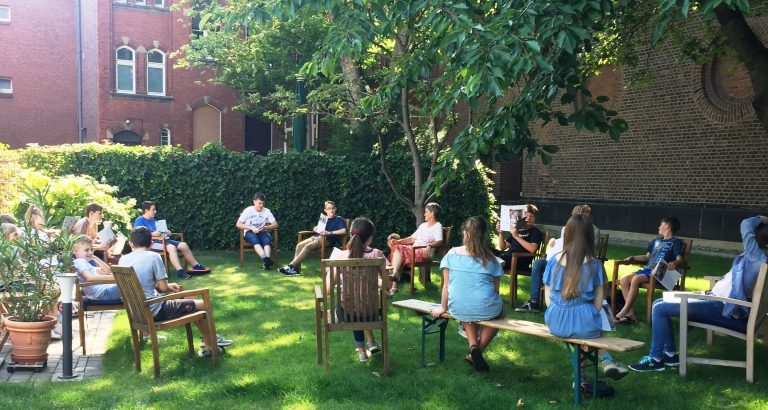 Eine Konfirmandenstunde im Kirchgarten