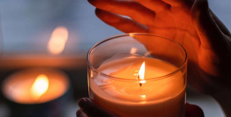 #lichtfenster: Ein Zeichen der Solidarität für die Coronaopfer