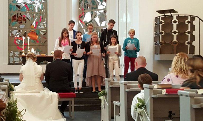 Sommerfest: Ein Gottesdienst mit Trauung und Taufe